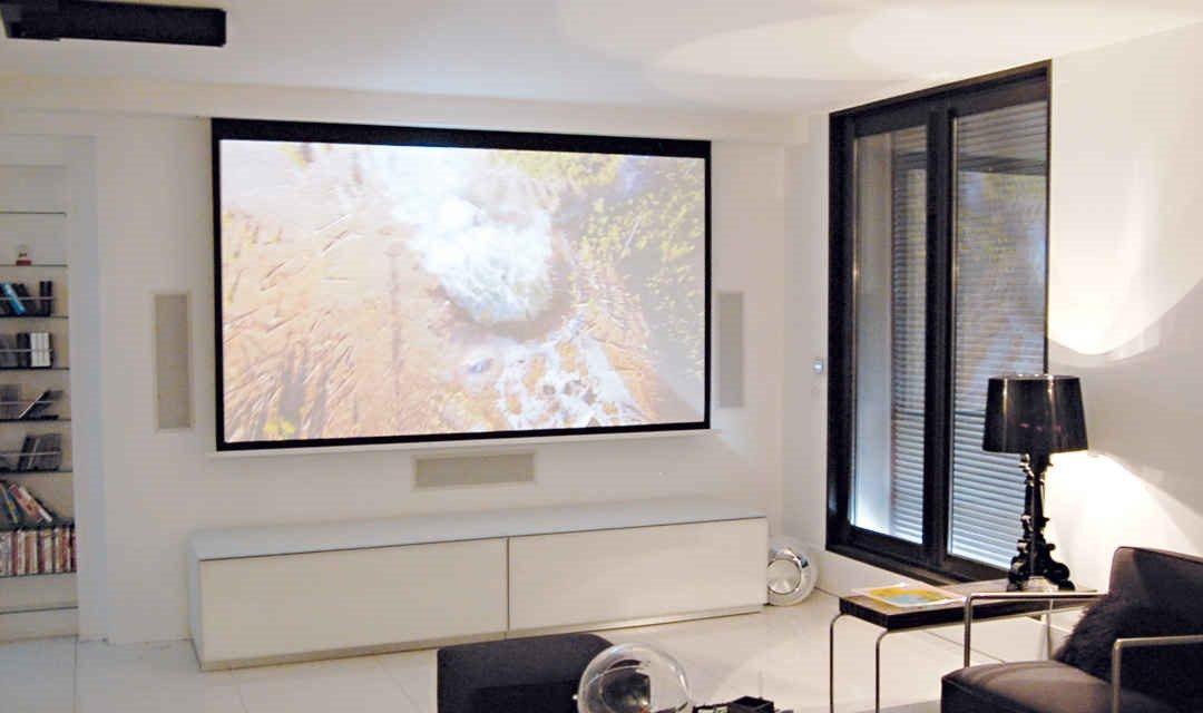 Investir dans un écran de projection encastré pour un rendu plus esthétique