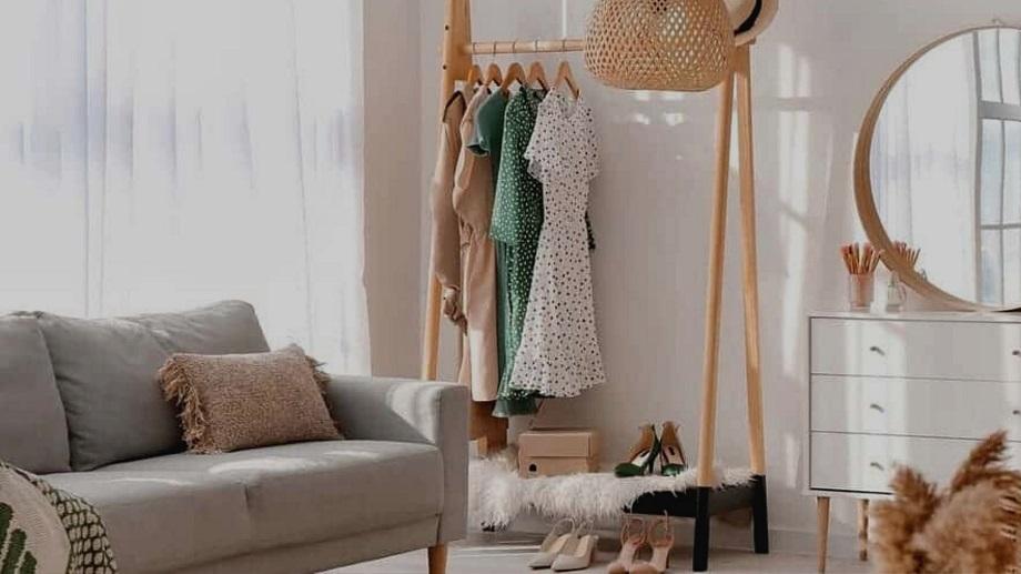 chambre avec portants de vêtements